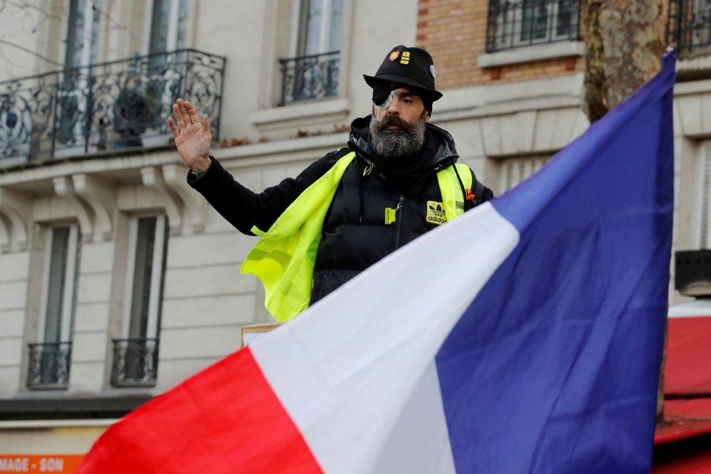 Několik tisíc příznivců hnutí žlutých vest, kteří vyjadřují nespokojenost s politikou prezidenta Emmanuela Macrona, vyšlo do ulic Paříže a dalších francouzských měst