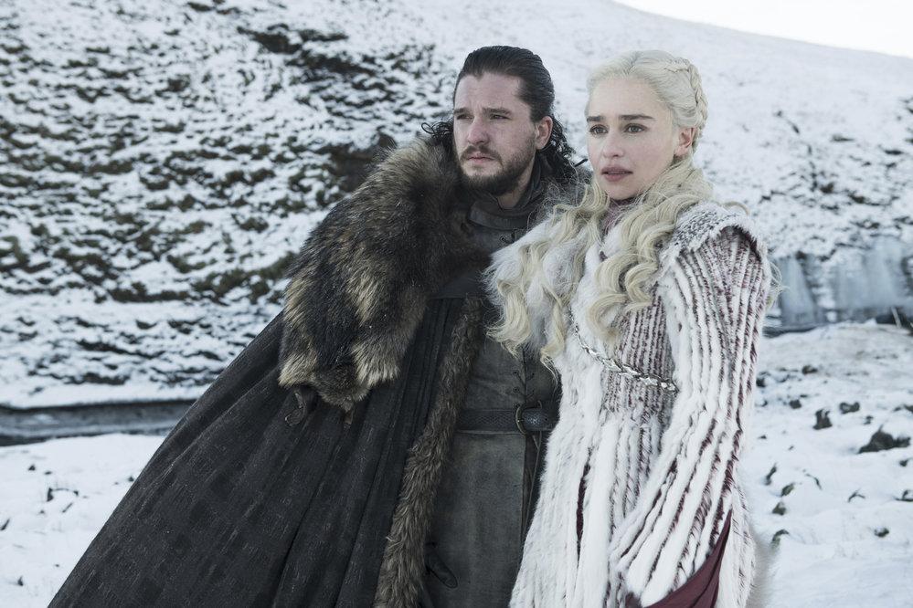Kit Harington v roli Jona Sněha a Emilia Clarke jako Daenerys Targaryen v osmé řadě Hry o trůny