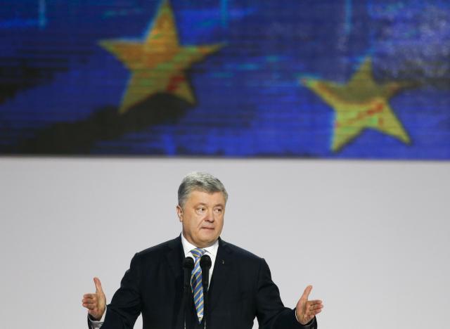 Svůj mandát se snaží obhájit stávající prezident Petro Porošenko, postoupil do druhého kola
