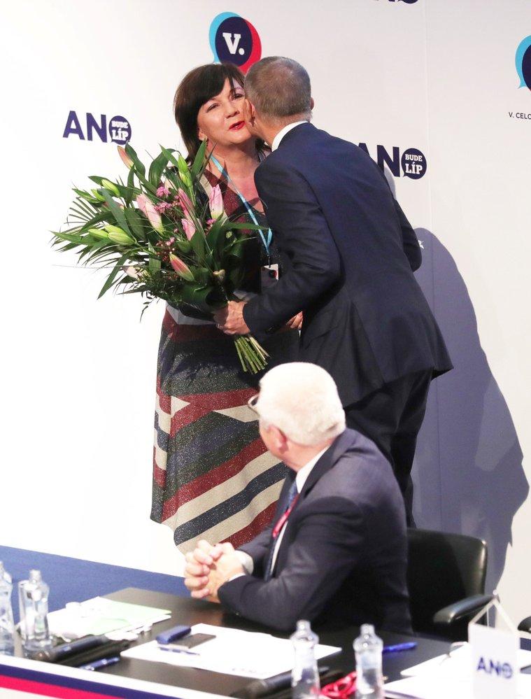Ministryně financí Alena Schillerová dostala od premiéra Babiše na sněmu květinu(17. 2. 2019)