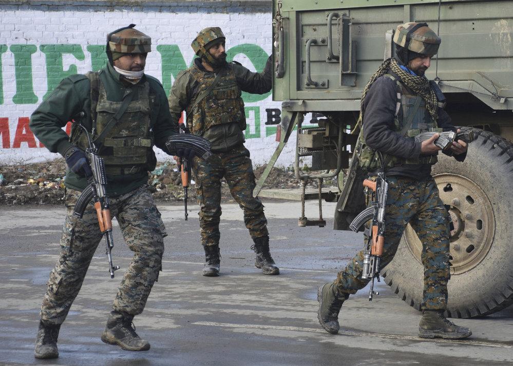 Indičtí vojáci zasahující proti ozbrojencům z Džajše Muhammad