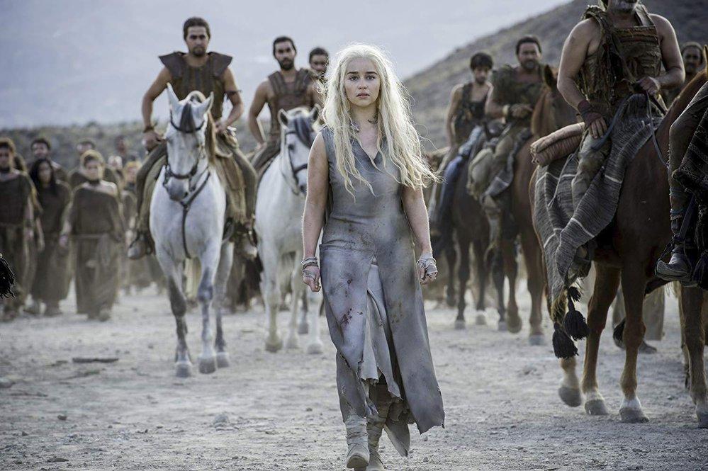 Emilia Clarke jako Daenerys Targaryen v seriálu Hra o trůny