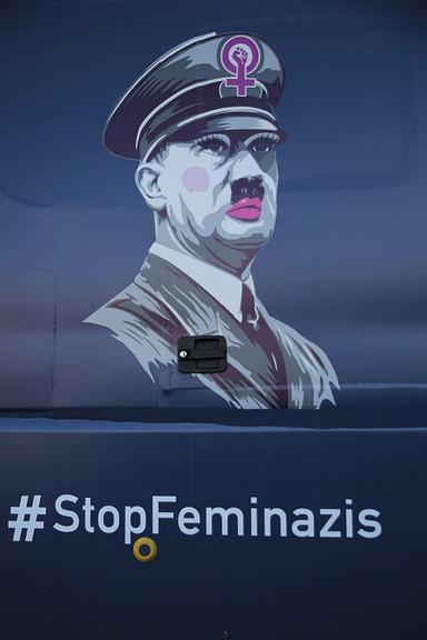 """Autobus s Hitlerem brázdí španělské ulice a """"bojuje"""" proti feminismu a genderovým zákonům."""