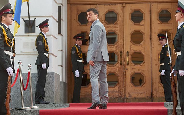Volodymyr Zelenskyj hraje ukrajinského prezidenta v seriálu Služebník lidu.