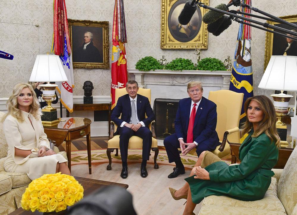 Český premiér Andrej Babiš a prezident USA Donald Trump vcházejí 7. března 2019 do Bílého domu ve Washingtonu. Na snímku v popředí je manželka českého premiéra Monika Babišová.