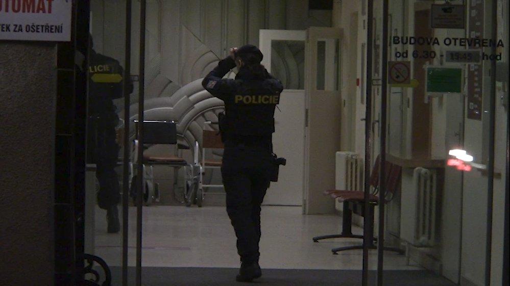 Na místo se sjelo několik složek policie, včetně vyšetřovatelů z oddělení vražd