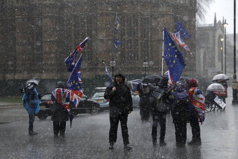 Brexit rozdělil britskou společnost. Řada lidí si přeje zůstat v EU, další odejít. Poslanci se nemůžou dohodnout na podobě rozvodové smlouvy.