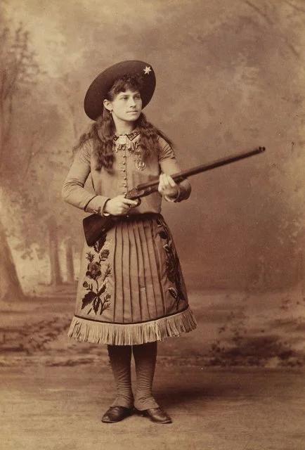 Annie Oakleyová už jako osmiletá holčička přilepšovala rodině tím, že vyrážela na lov. Později během pobytů v chudobinci prodávala maso ze svých výprav do místních obchodů i hotelů. V patnácti už byla známá široko daleko jako vyhlášená ostrostřelkyně.