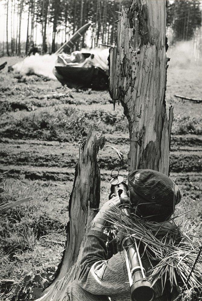 Průzkumník roty hloubkového průzkumu 1. pzpr připravený ke zničení nepřátelské bojové techniky pancéřovkou RPG-75. Květen 1983