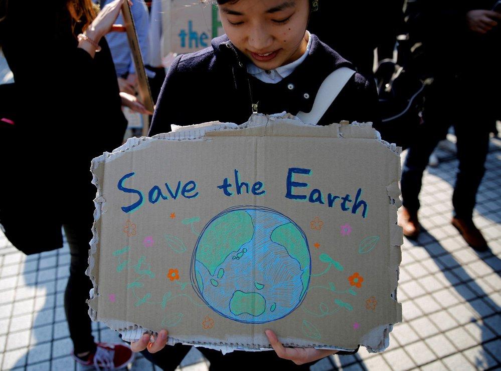 Tokijský student protestuje proti změně klimatu