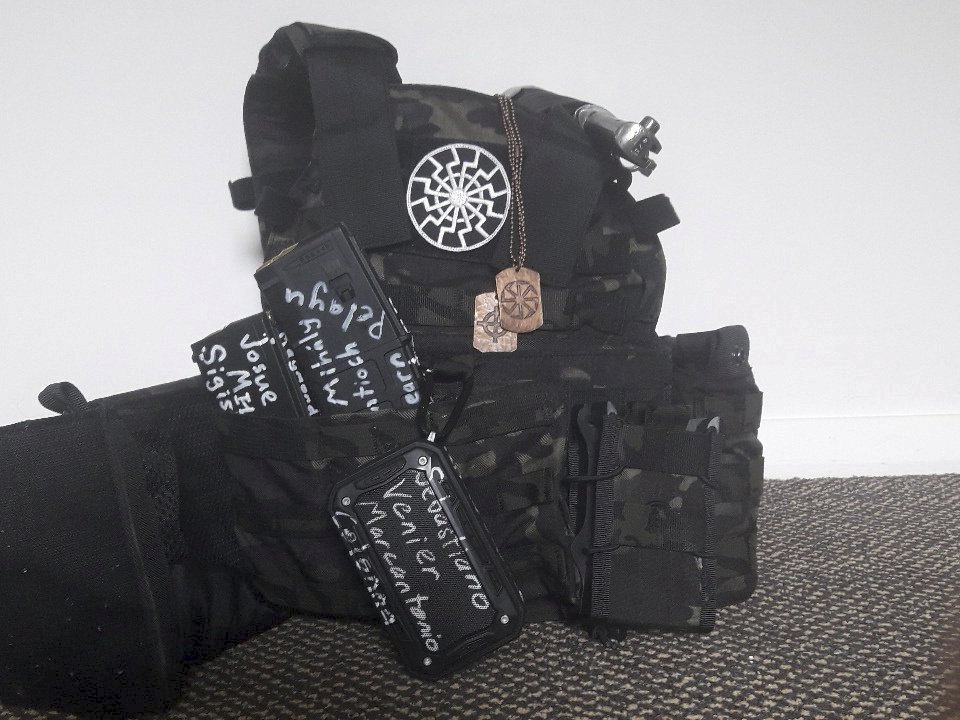 Střelec měl zbraň i zásobníky popsány například jmény pachatelů jiných útoků.
