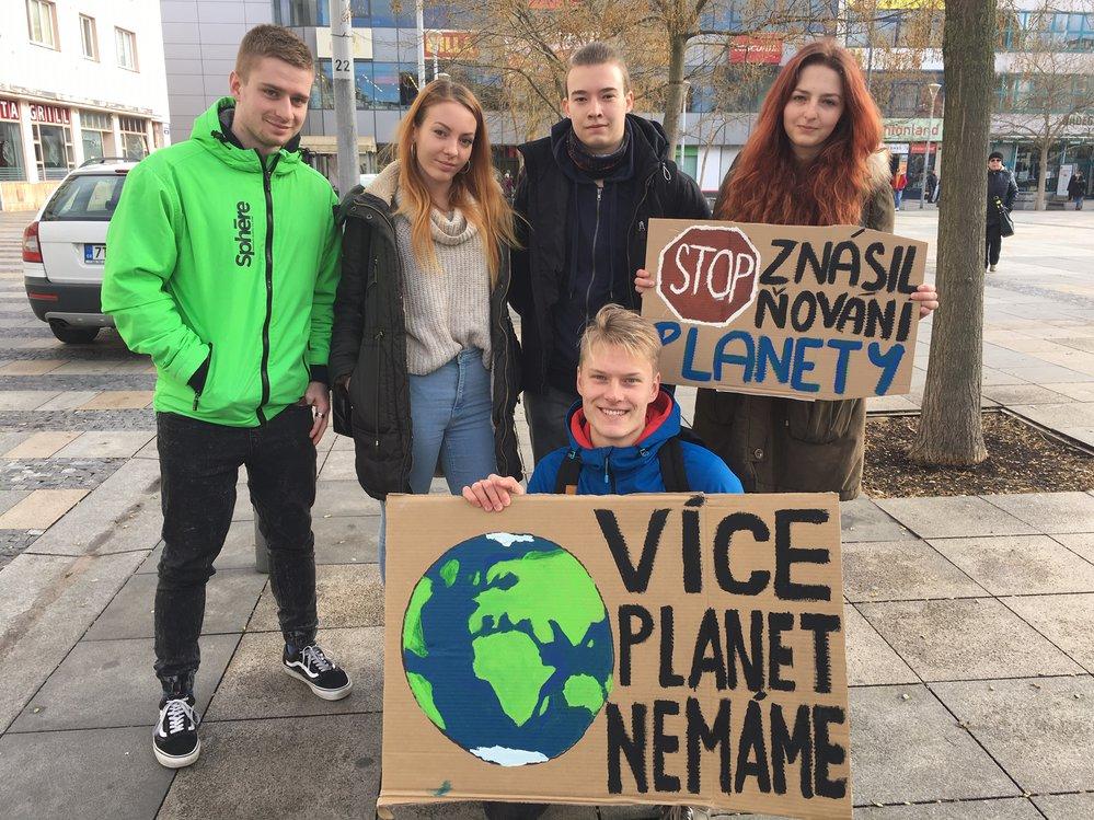 V centru Ostravy se sešla zhruba tisícovka studentů a dalších protestujících proti nečinnosti politiků, kteří neřeší klimatické změny.