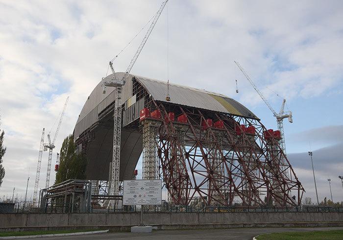 Nový plášť havarovaného reaktoru v Černobylu