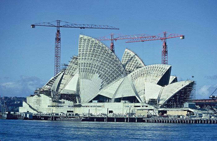 Opera v Sydney. Konstrukce probíhala od roku 1959 až do roku 1973