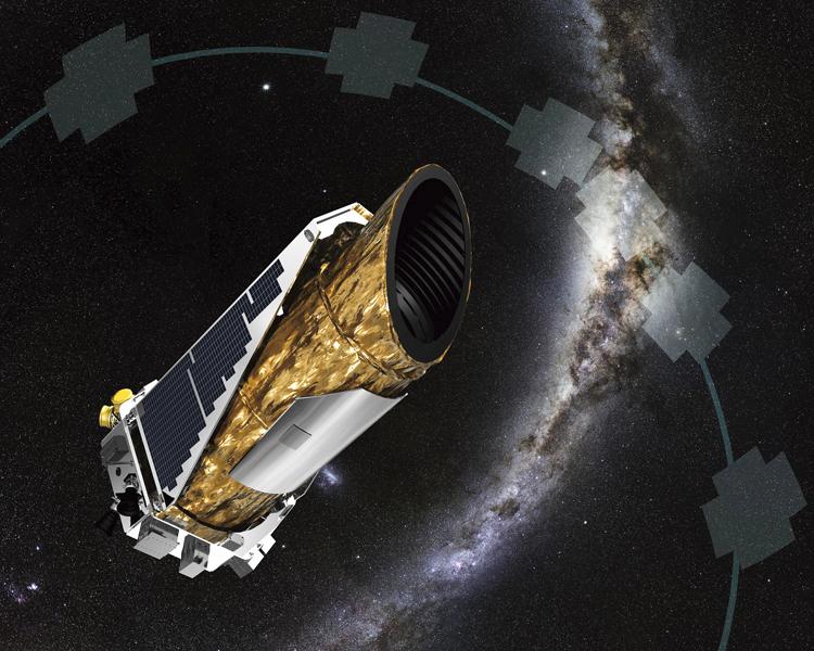 """Kosmický dalekohled Kepler a úseky oblohy, které pozoroval. Ve svém """"důchodu"""" bude kroužit vesmírem v bezpečné vzdálenosti od Země"""
