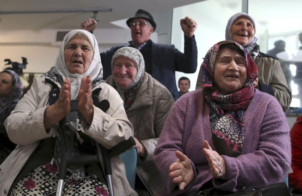 Rodiny obětí srbsko-bosenské války sledují verdikt trestního tribunálu, který poslal vůdce bosenských Srbů Radovana Karadžiče na doživotí do vězení (20.3 2019)