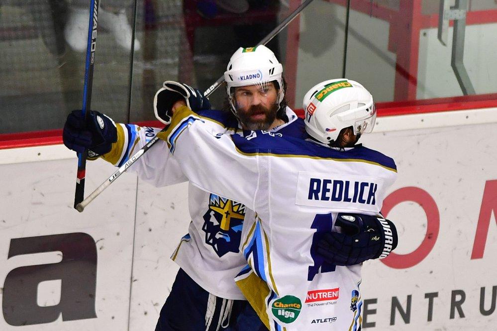 Jaromír Jágr se raduje se svým spoluhráčem Tomášem Redlichem z gólu, který vstřelil v pátém semifinále první ligy do sítě Jihlavy