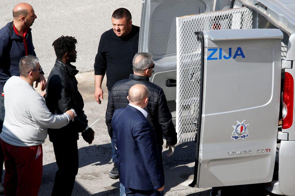 Loď, kterou uneslo sto osm uprchlíků, zakotvila po zásahu speciálních armádních jednotek na Maltě. (28.3.2019)