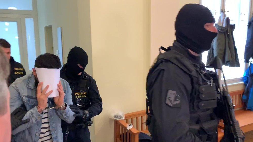 Iráčan (30), kterého 27. března 2019 zadrželi v Praze, přichází k městskému soudu.
