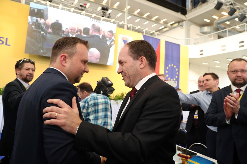 Sjezd KDU-ČSL: Novým předsedou lidovců je Marek Výborný (vpravo). Gratuluje mu jeho rival Marian Jurečka (29. 3. 2019)