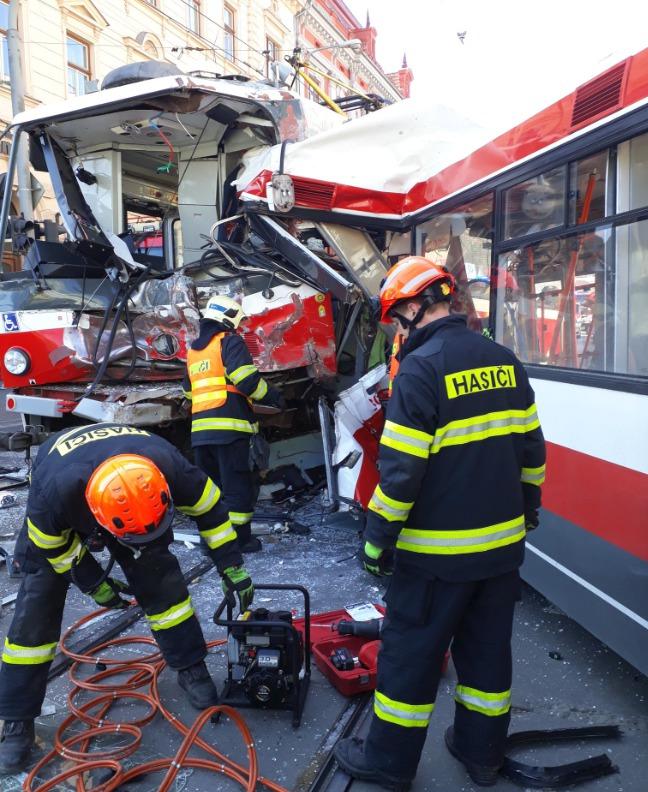 V Brně se v pondělí odpoledne čelně srazila tramvaj s trolejbusem. Na místě je až 40 zraněných!