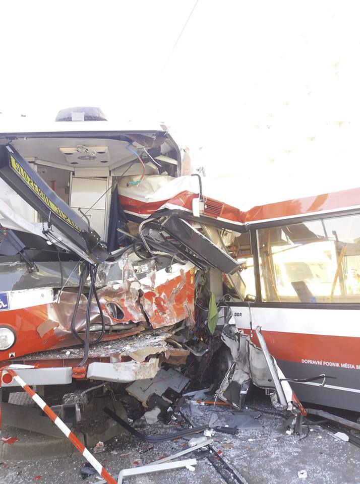V Křenové ulici v Brně se v pondělí odpoledne čelně srazila tramvaj s trolejbusem. Na místě je několik desítek zraněných, nejméně pět těžce.