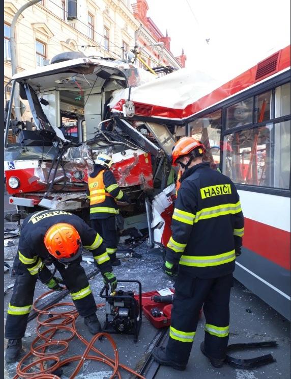 V Křenové ulici v Brně se v pondělí odpoledne čelně srazila tramvaj s trolejbusem.