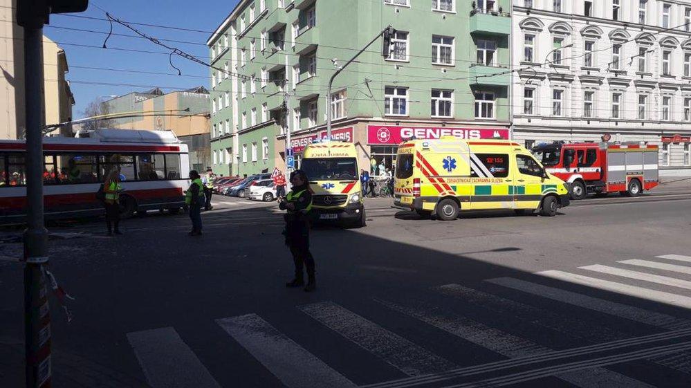 Srážka tramvaje a trolejbusu v Brně si vyžádala desítky zraněných
