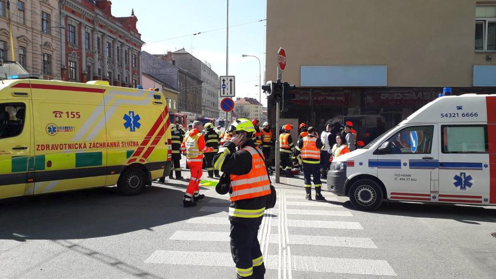 Nehoda tramvaje a trolejbusu v centru Brna si vyžádala několik desítek zraněných