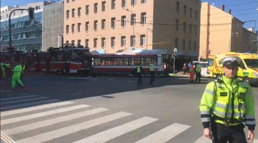 Na křižovatce Masná a Křenová v Brně se v pondělí odpoledne čelně srazila tramvaj s trolejbusem.