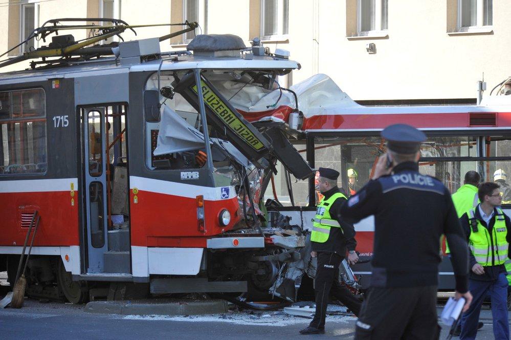 Na křižovatce brněnských ulic Křenová a Masná se v pondělí v 13.44 čelně srazil trolejbus linky 33 ze Slatiny k hlavnímu nádraží s tramvají jedoucí jako služební jízda bez cestujících z centra směrem do Líšně.