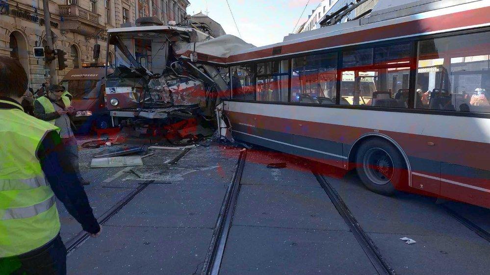 Náraz byl tak silný, že trolejbus i tramvaj roztrhal.