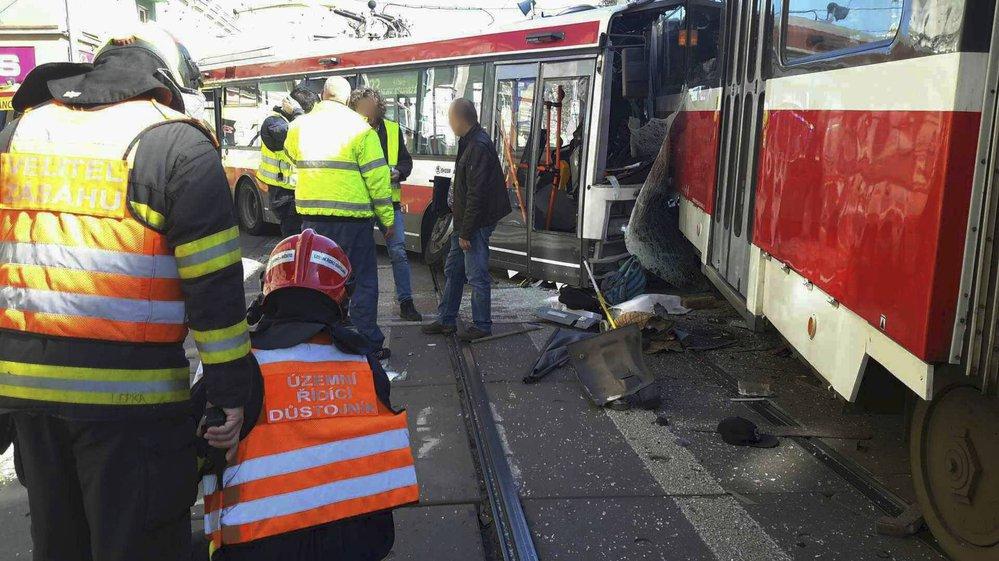 Při nehodě tramvaje s trolejbusem v centru Brna se zranilo 40 lidí, z toho 13 těžce.