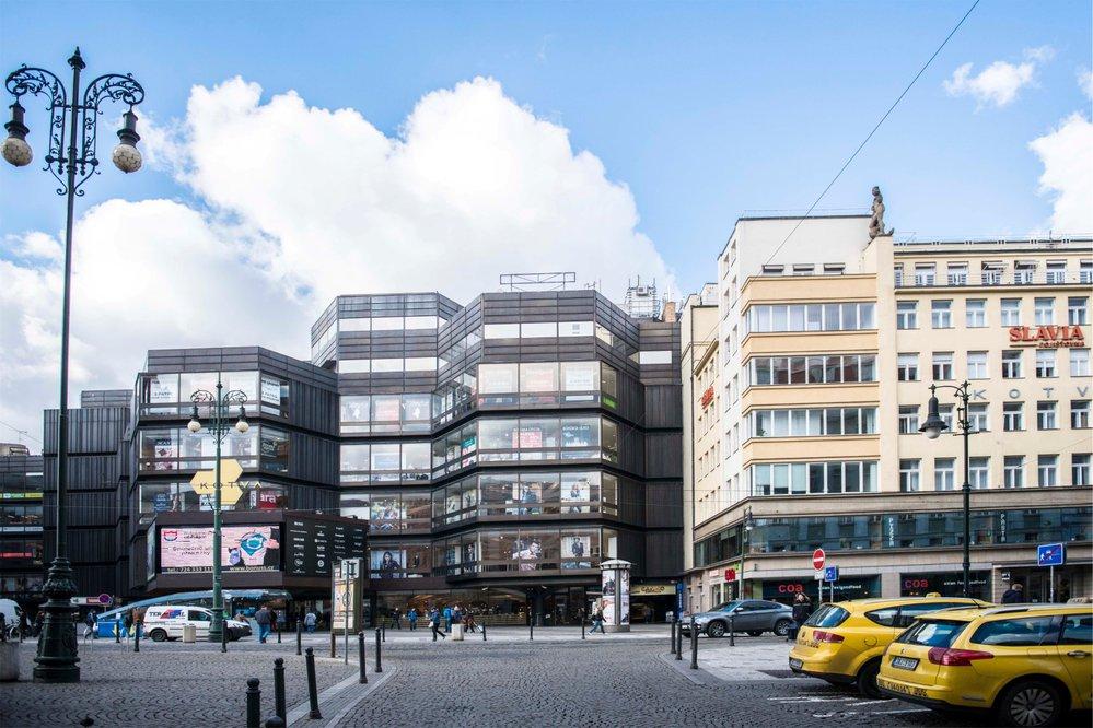 Obchodní dům Kotva (vlevo) a palác Kotva na Náměstí republiky