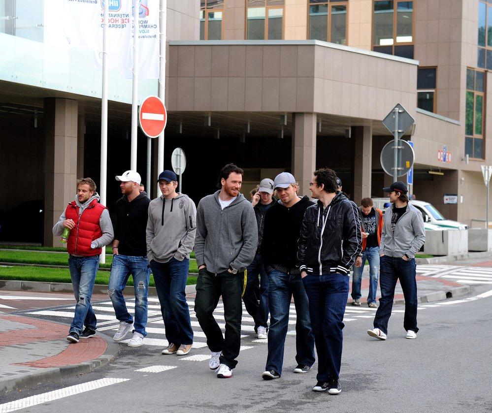 Jan Marek, Jiří Novotný, bratři Michálkové, Martin Havlát a Patrik Eliáš na procházce před hotelem DoubleTree by Hilton při MS v roce 2011