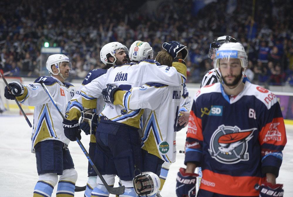 Hokejisté Kladna otočili v 5. kole baráže o extraligu proti Chomutovu skóre z 0:3 na 4:3 a díky třetímu vítězství za sebou si upevnili druhou pozici.