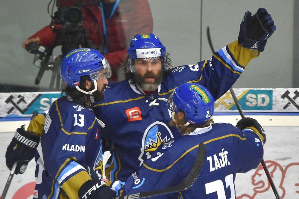 Kladenští hokejisté se radují z exkluzivní druhé trefy Jaromíra Jágra v zápase na ledě Chomutova