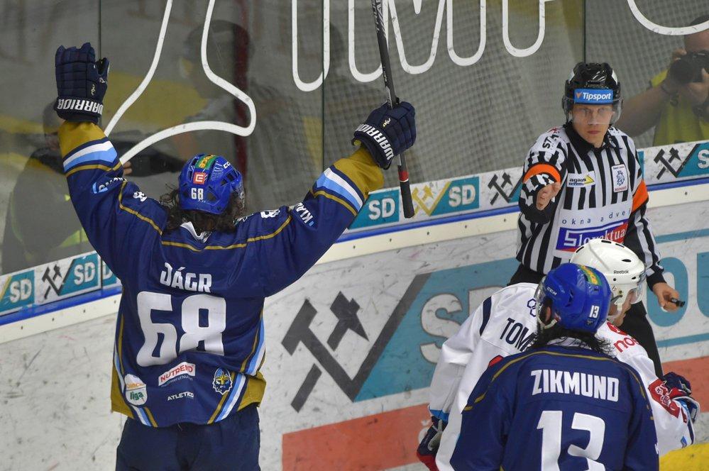 Z prvního gólu se Jaromír Jágr příliš neradoval, při druhé trefě už zvedl ruce vzhůru