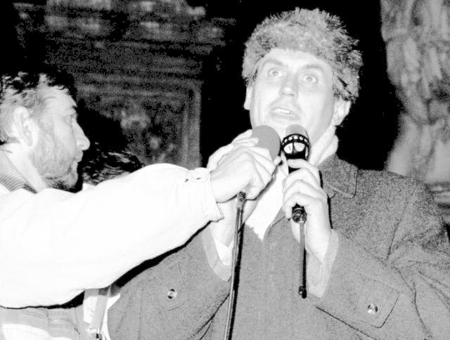 """1989: """"Nikde není řečeno, že bez změny řízení, bez skutečné přestavby by u nás ve velice dohledné budoucnosti nedošlo k prázdným obchodům, inflaci, stávkám, manifestacím, to všechno jsou samozřejmě věci, které nikdo nechce slyšet, ale prognostik je tady právě od toho, aby varoval.""""  Snímek: Listopad 1989 v Brně – Miroslav Donutil a Miloš Zeman"""