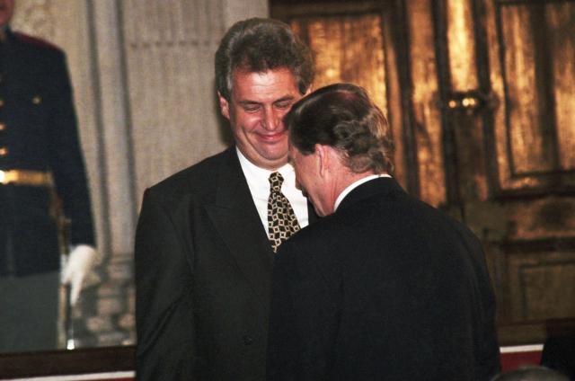 """1995: """"Když vyjede do zahraničí Helmut Kohl, přiveze pro Německo miliardové obchody. Nic nemám proti Rolling Stones, Mick Jagger je jeden z nejlepších jazzmanů, ale naše špičková delegace nepřiveze víc než dohodu o zrušení dvojího zdanění."""" Snímek: Zeman 28. října přebíral Medaili Za zásluhy udělenou in memoriam Antonínu Hamplovi, prvnímu předsedovi ČSSD"""