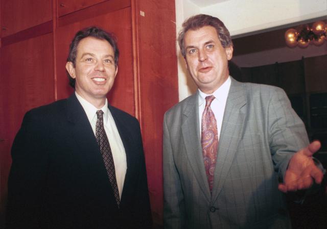 """1995: """"Bylo by příjemné, kdyby premiérkou vlády ČR byla Margaret Thatcherová, a nikoli její pokleslý žák V. Klaus. Na toho totiž bohatě stačí i náš poslanec Wagner."""" Snímek: Britský premiér Tony Blair v Praze"""