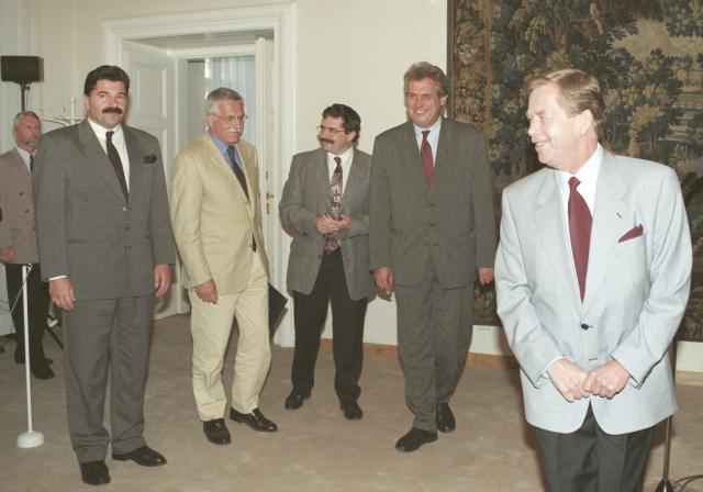 """1996: """"Představte si Klause, jak prohlašuje: Jsem pro samosprávu, pro ombudsmana, proti praní peněz, pro Evropskou sociální chartu. To je, jako kdyby Hitler říkal, že má rád všechny Židy."""" Snímek: Prezident Havel hostí předsedy stran, které se nakonec dohodly na první """"opoziční smlouvě"""""""