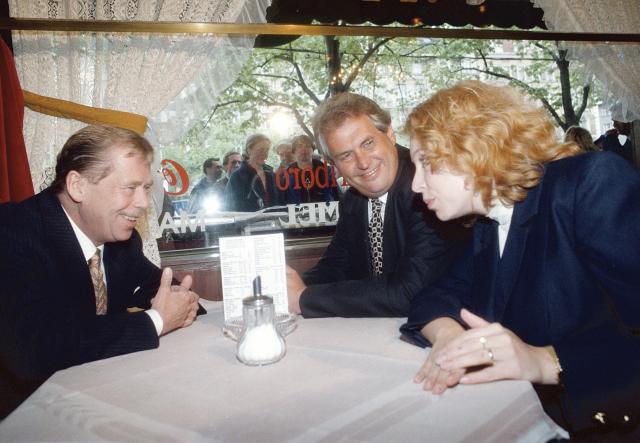 """1996: """"V Bruselu jsem musel žehlit některé neuvážené výroky našich bývalých vládních představitelů ve vztahu k Evropské unii."""" Snímek: Václav Havel, Miloš Zeman, Petra Buzková"""