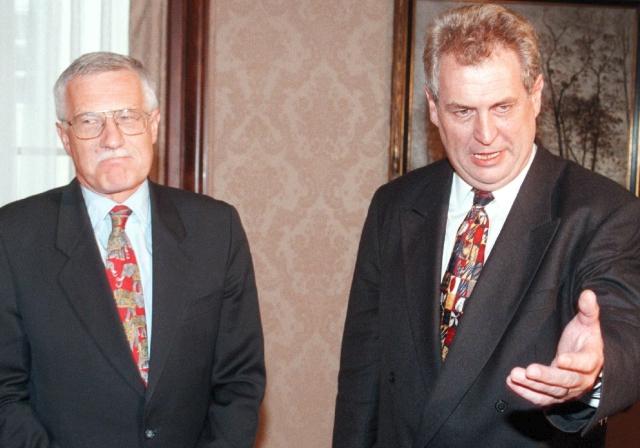"""1997: """"Že se do mrtvol nekope,"""" odpověděl Zeman na dotaz, co mu poradci doporučili před duelem s Václavem Klausem  Snímek: Václav Klaus a Miloš Zeman"""