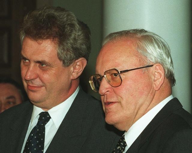 """1997: """"Nastal čas si uvědomit, že prostitutky, státní úředníci či bankéři budou vždy volit vládnoucí strany, protože prospívají jejich zájmům."""" Snímek: Miloš Zeman a německý prezident Roman Herzog v Berlíně"""