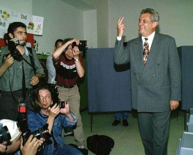 """1998: """"Jde o detailní dílčí operaci, tak trochu pod mojí rozlišovací úrovní,"""" řekl Zeman o půjčce ČSSD ve výši 8 milionů korun. Snímek: Miloš Zeman u voleb"""
