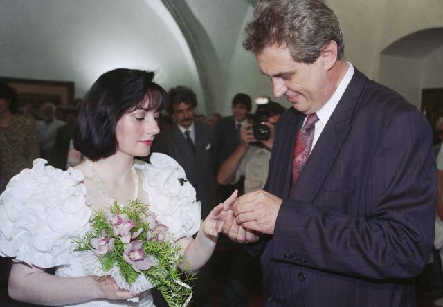 """1993: """"Když nepřijede, vezmu si Václava Grulicha."""" Snímek: Svatba s Ivanou Bednarčíkovou"""