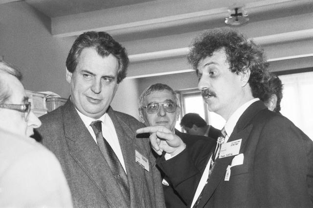 """1993: """"Bylo by neštěstím, kdyby se sociální demokracie rozdělila pro rozdíly mezi názorovými proudy, které nepokládám za nepřekonatelné."""" Snímek: Miloš Zeman na sjezdu ČSSD, kde byl zvolen předsedou strany"""