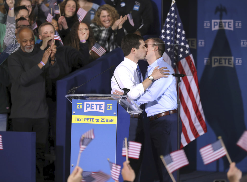 Kandidát na prezidenta USA Pete Buttigieg s manželem Chastenem.