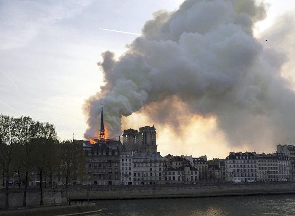 V pařížské katedrále Notre-Dame vypukl požár.